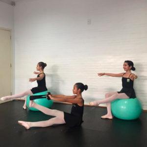 ballet funcional dançarinas com bola verde